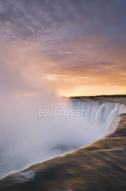 Vista de alto ângulo de água corrente de Horseshoe Falls ao pôr do sol, Niagara Falls, Ontário, Canadá — Fotografia de Stock