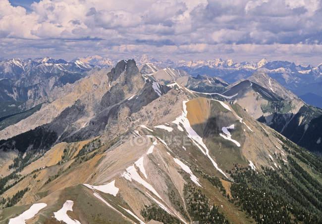 Veduta aerea delle cime innevate delle Montagne Rocciose Canadesi nel Parco Nazionale di Kootenay, Columbia Britannica, Canada . — Foto stock