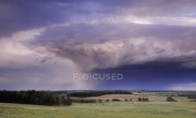 Dramatic thunderstorm over farmland of Cremona, Alberta, Canada. — Stock Photo