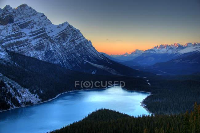 Vista aérea do Lago Peyto ao pôr do sol, Parque Nacional Banff, Alberta, Canadá — Fotografia de Stock