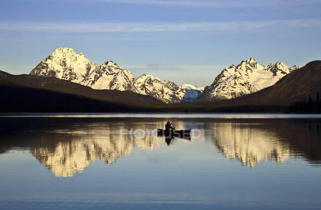 Canoa da persona sull'acqua dei Turner Lakes a Tweedsmuir Park, Columbia Britannica, Canada — Foto stock
