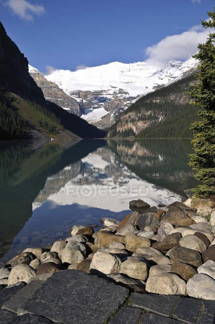 Reflexo de água das montanhas e da floresta em Lake Louise, Parque Nacional de Banff, Alberta, Canadá — Fotografia de Stock