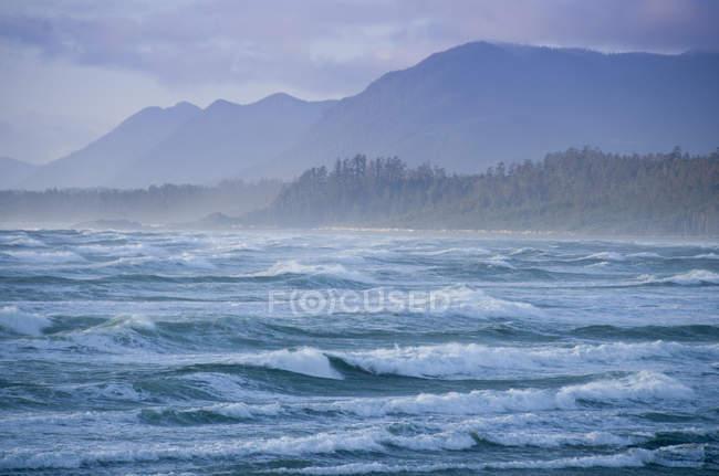 Wellen am Wickaninnish Beach im Pacific Rim National Park in der Nähe von Tofino, Kanada — Stockfoto