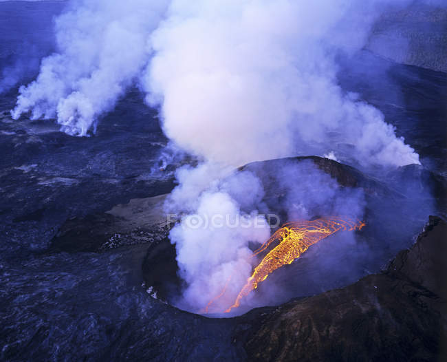 Aerial view of flowing lava of erupting Kilauea in Volcanoes National Park, Hawaii, USA — стокове фото