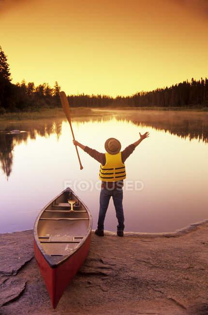 Rear view of male canoeist along Whiteshell River, Whiteshell Provincial Park, Manitoba, Canada. — Stock Photo