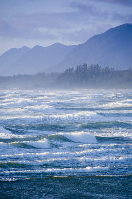 Waves on Wickaninnish beach in Pacific Rim National Park near Tofino, Canada — Stock Photo