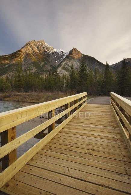 Деревянная набережная до горы Лоретт над прудом Маунт-Лоретт, страна Кананаскис, Альберта, Канада — стоковое фото