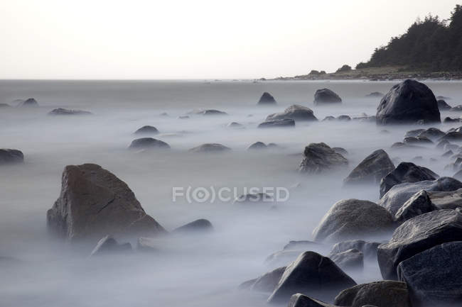 Beach rocks and waves at Sunset Trail, Savary Island, Salish Sea, British Columbia, Canada — Stock Photo