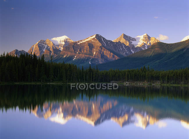 Herbert Lake reflecting snow-capped mountains at sunrise, Banff National Park, Alberta, Canada. — Stock Photo