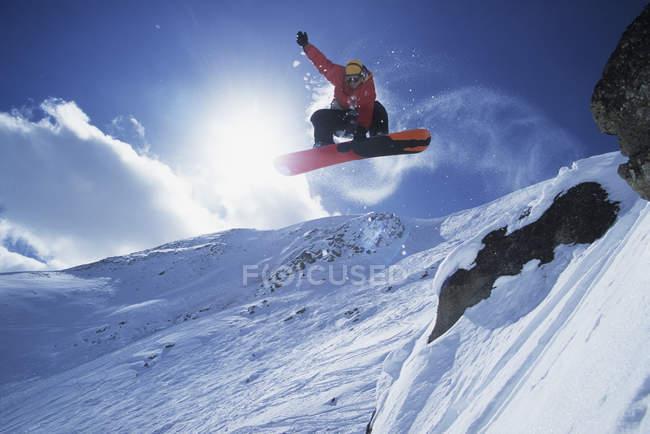 Snowboarder prendere aria al Lake Louise Resort, Alberta, Canada . — Foto stock
