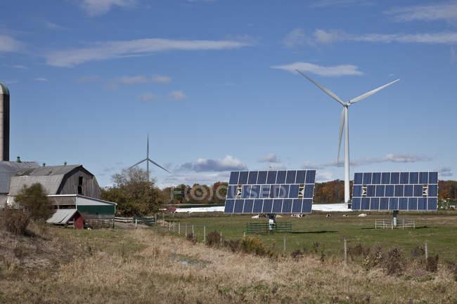 Панели солнечных батарей и ветряные мельницы в сельскохозяйственных земель Юго-Западного Онтарио в Канаде. — стоковое фото