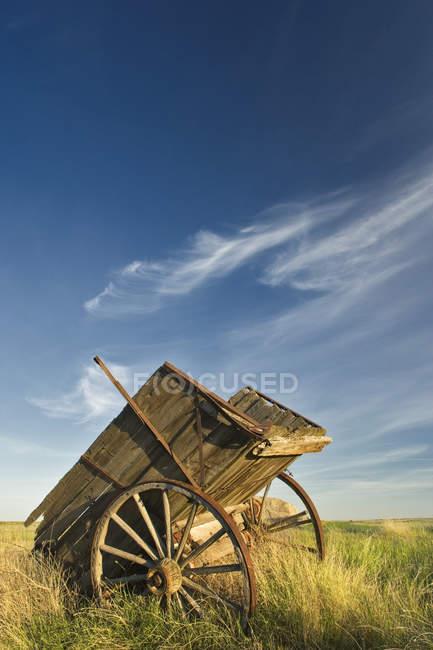 Red River Carro en el campo contra el cielo nublado cerca de Leader, Saskatchewan, Canadá - foto de stock