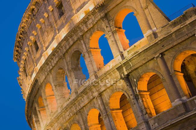 Primer plano del Coliseo por la noche, Roma, Italia - foto de stock