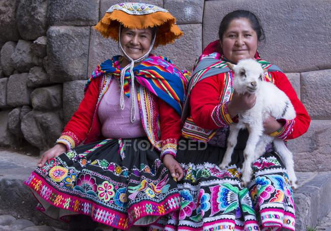 Місцевих жінок у традиційному одязі з баранина на вулицю села місті Pisac, Перу — стокове фото