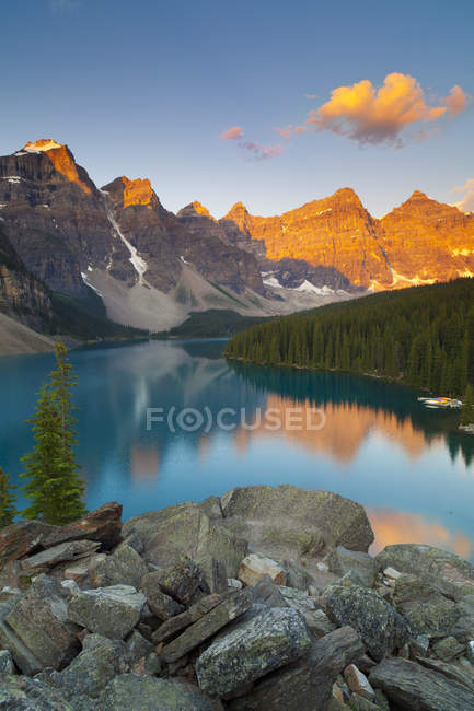 Local tranquilo do Lago Moraine ao pôr do sol no Parque Nacional de Banff, Alberta, Canadá — Fotografia de Stock