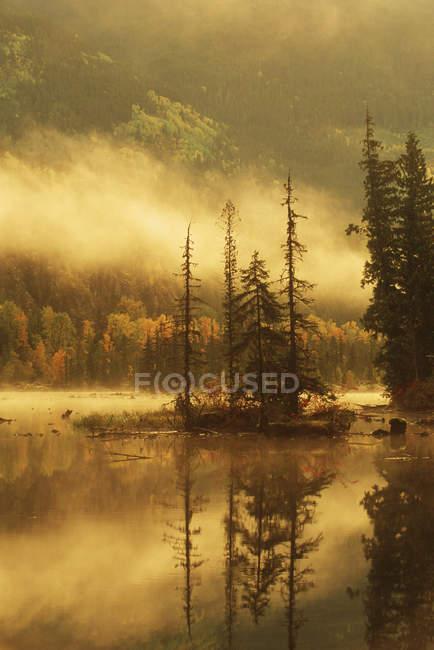 Nisgaa Memorial Lava Bed Park, Lava Lake in autumn, Nass River Valley, Британская Колумбия, Канада . — стоковое фото