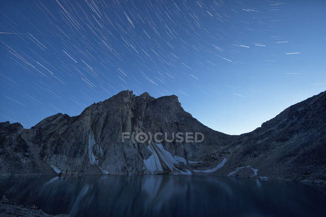 Star trails over Radalet Peak in Yukon Coast Mountains near Carcross, Yukon. — Foto stock