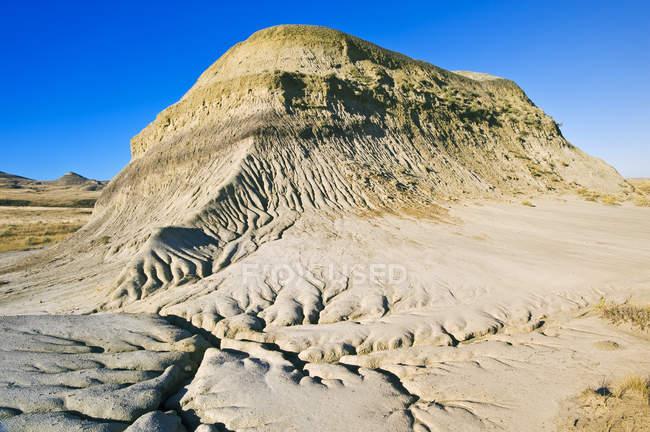 Живописный вид на гору под голубым небом, лугопастбищные угодья национального парка — стоковое фото