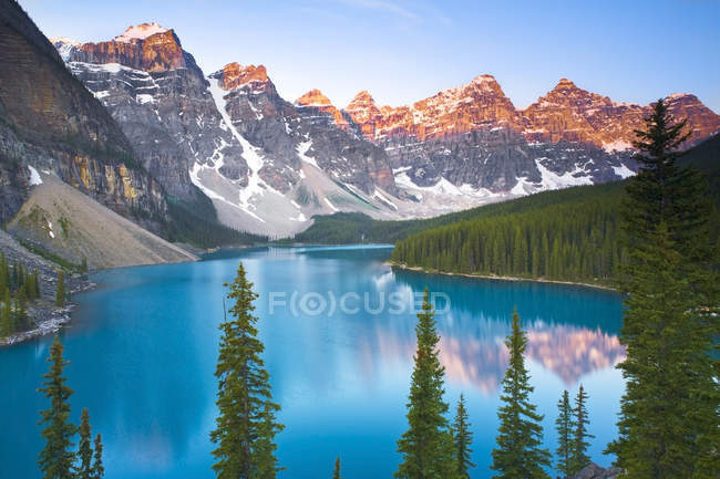 Turquoise water of Moraine Lake in mountains of Banff National Park, Canada. — Stock Photo