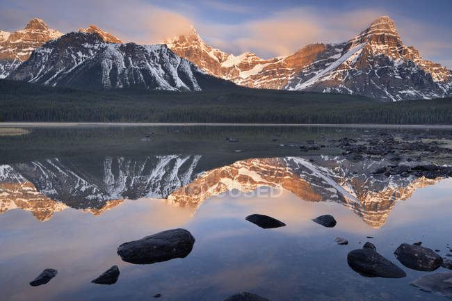 Mountains reflecting in water of Upper Waterfowl Lake, Banff National Park, Alberta, Canada — Stock Photo