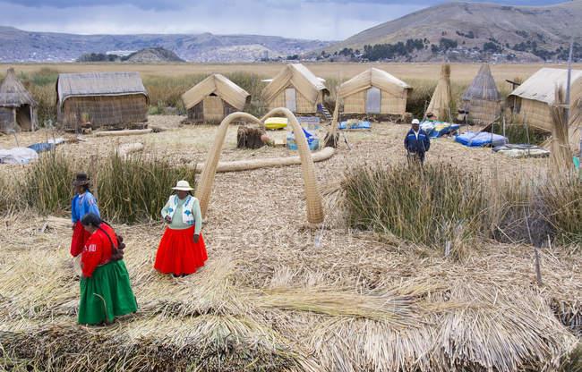 Residenti locali di canne galleggianti isola di Uros, Lago Titicaca, Perù — Foto stock