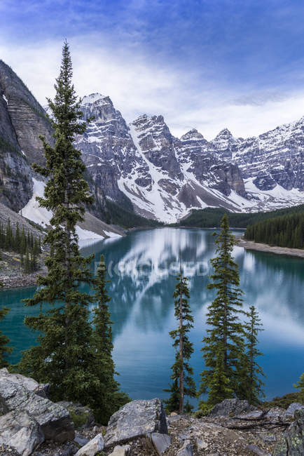 Rocky mountains reflecting in Moraine Lake in Banff National Park, Alberta, Canada — Stock Photo