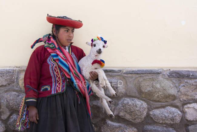 Lokale Dorf Teenager-Mädchen mit Lamm, Cuzco, Peru — Stockfoto