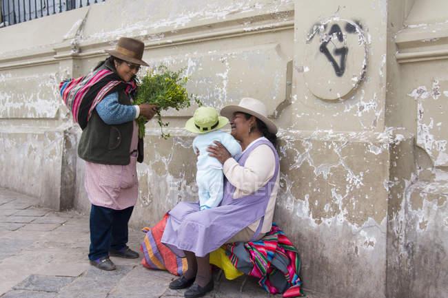 Frauen mit Baby in der Marktszene, Cuzco, Peru — Stockfoto