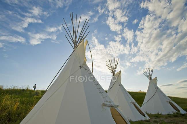 Традиционные белые Типи на пересечении курорт на окраине лугов национального парка, вал Мари, Саскачеван, Канада — стоковое фото