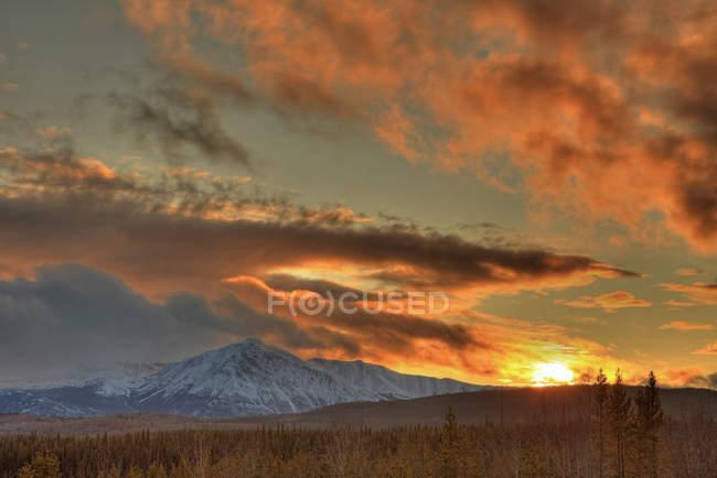 Cênico dramático pôr do sol sobre montanhas e picos de Dawson, Teslin, Yukon. — Fotografia de Stock