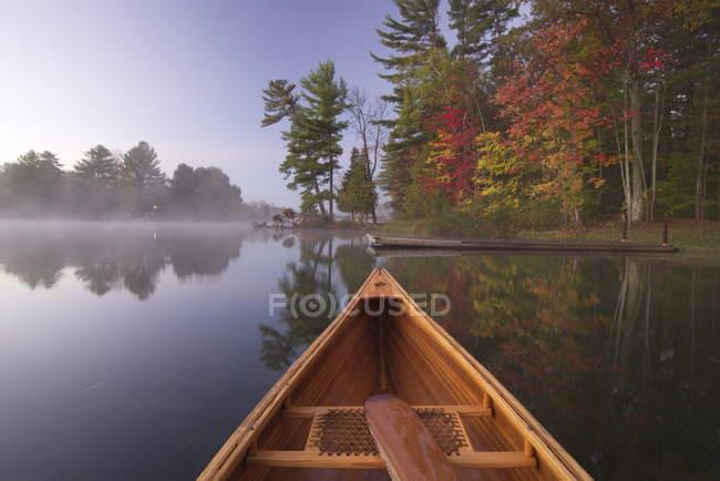 La proa de canoa en el paisaje otoñal en el lago Kahshe en Muskoka, Ontario, Canadá - foto de stock