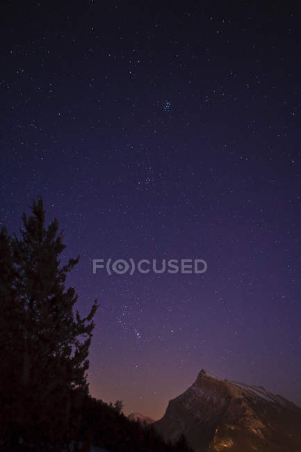 Звездная ночь над Rundle гора в национальном парке Банф, Альберта, Канада — стоковое фото