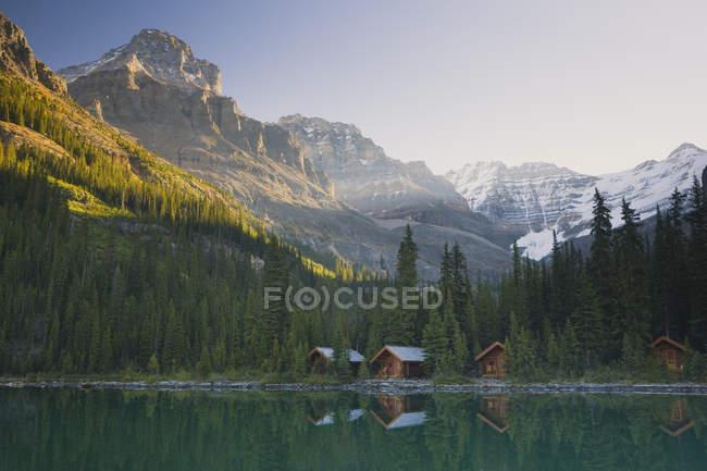 Каюты домиков на озере Охара в национальном парке Йо, Британская Колумбия, Канада — стоковое фото