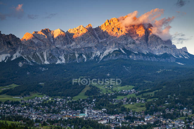 Sunset over resort town of Cortina dAmpezzo in Dolomites in Northern Italy. — Stock Photo