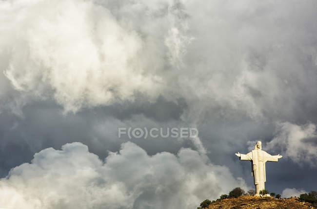 Gewitterwolken hinter der Statue el cristo in Cochabamba, Bolivien. — Stockfoto