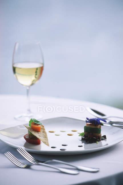 Aperitivos gourmet e vinho na mesa de restaurante de luxo — Fotografia de Stock