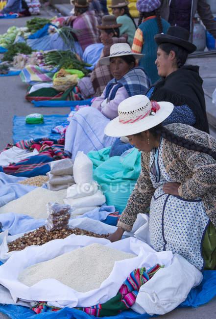 População local em cena de mercado de Puno, Lago Titicaca, Peru — Fotografia de Stock