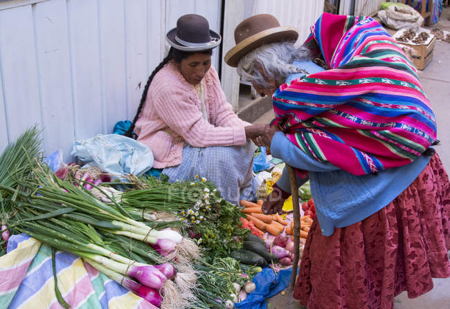 Popolazione locale nella scena di mercato di Puno, Lago Titicaca, Perù — Foto stock