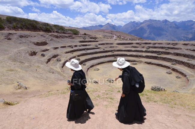 Zwei Männer in traditionellen Gewändern an der archäologischen Ausgrabungsstätte der Muränen in Cuzco, Peru — Stockfoto