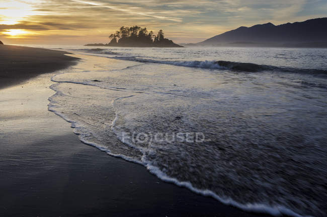 Waves washing shoreline of Whaler Islet in Clayoquot Sound, British Columbia Canada. — Stock Photo