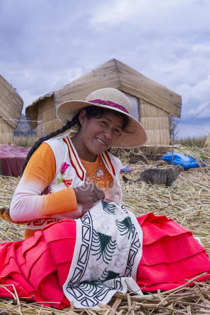 Mujer local artesanal en pueblo de la isla de caña de Uros, Lago Titicaca, Perú - foto de stock
