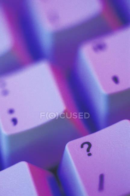 Chave de ponto de interrogação no teclado do computador, close-up — Fotografia de Stock