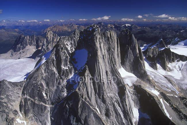 Вид с воздуха на горную вершину в Бугабусе, Британская Колумбия, Канада . — стоковое фото