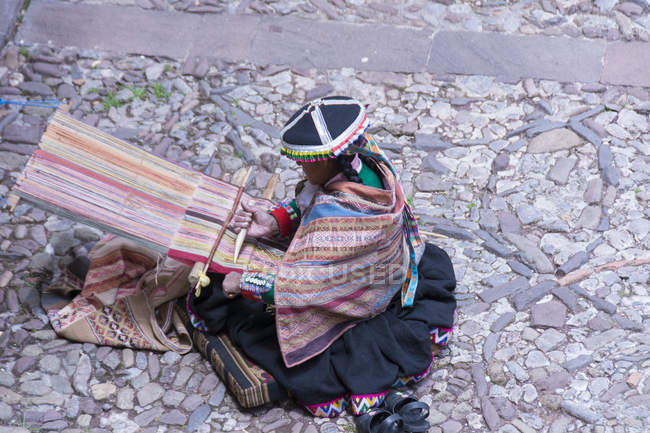 Local woman performing traditional weaving, Cuzco, Peru — Stock Photo