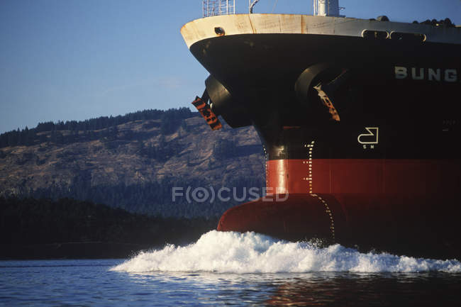 Vista recortada del arco de carguero en movimiento en las Islas del Golfo, Columbia Británica, Canadá . - foto de stock
