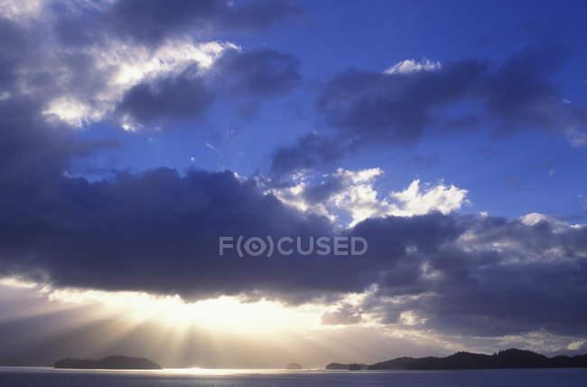 Rayons de soleil de nuages au dessus de Passage de l'intérieur près de Prince Rupert, Colombie-Britannique, Canada. — Photo de stock