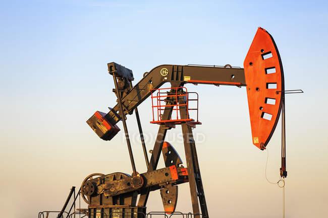 Prise de pompe de puits de pétrole dans le champ pétrolifère Bakken près d'Estevan, Saskatchewan, Canada — Photo de stock