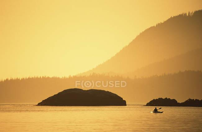 Canoë-kayak au coucher du soleil, Pacific Rim, Clayoquot Sound, île de Vancouver, Colombie-Britannique, Canada . — Photo de stock