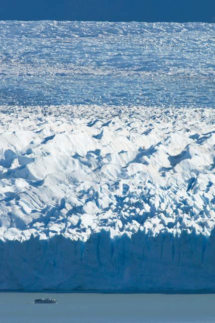 Tour in barca che solcavano le acque del Lago Argentina davanti alla massiccia parete del ghiacciaio Perito Moreno, Patagonia, Argentina — Foto stock