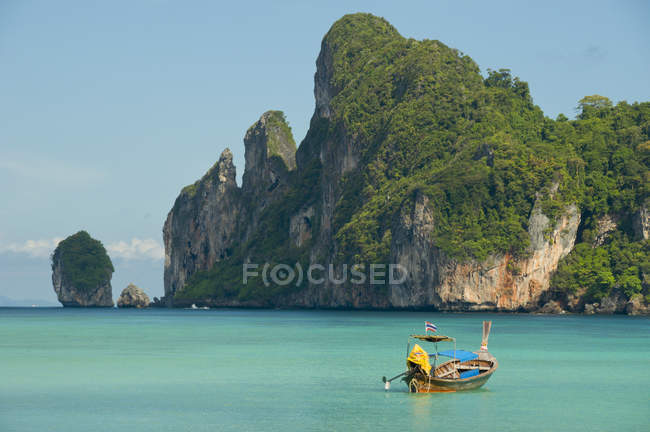 Coda lunga barca sull'acqua in Loh Dalam Bay, Phi Phi Islands, Thailandia — Foto stock